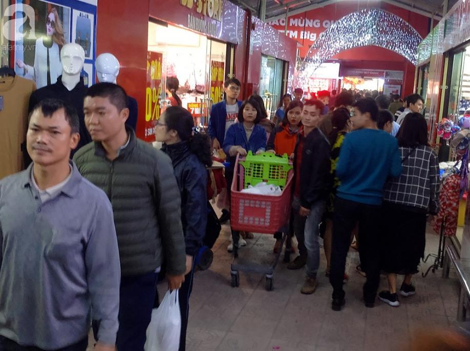 Vừa nhận lương thưởng Tết, người Hà Nội tranh nhau mua sắm, siêu thị đông nghẹt thở lúc tối muộn 0