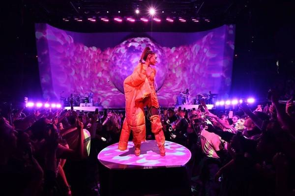 Sân khấu Sweetener World Tour.