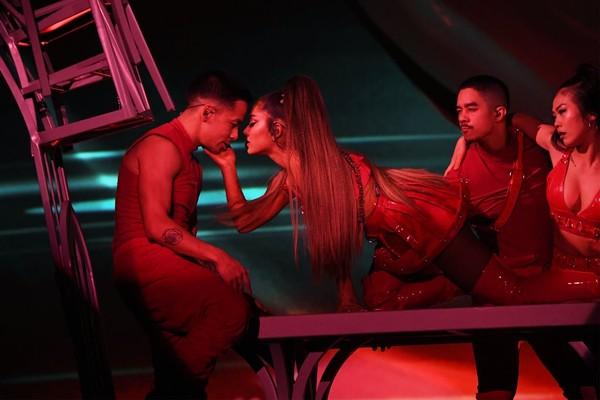 'Sweetener Tour' đối diện luồng khen - chê rõ rệt: Ariana Grande làm sao cho phải? 1