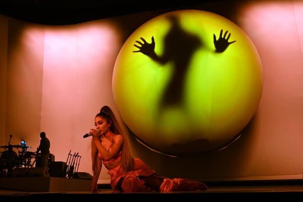 'Sweetener Tour' đối diện luồng khen - chê rõ rệt: Ariana Grande làm sao cho phải? 8