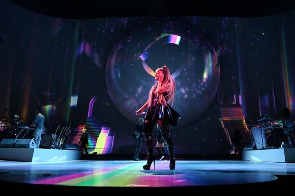 'Sweetener Tour' đối diện luồng khen - chê rõ rệt: Ariana Grande làm sao cho phải? 11