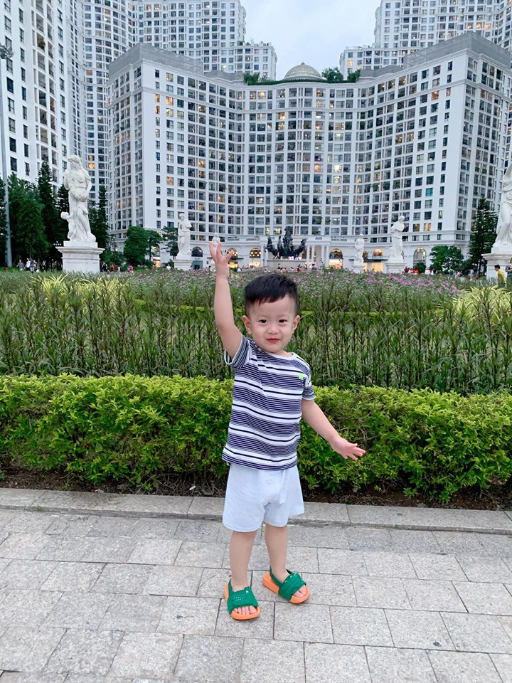 Con trai Việt Anh nghỉ lễ bình yên bên mẹ trong khi bố du lịch nước ngoài một mình 0
