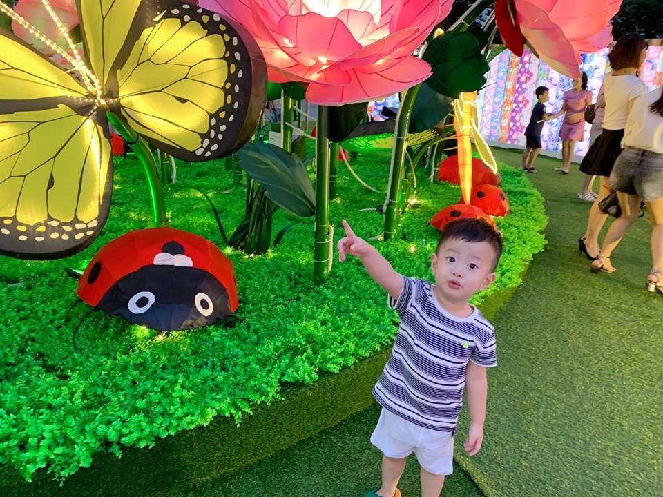 Con trai Việt Anh nghỉ lễ bình yên bên mẹ trong khi bố du lịch nước ngoài một mình 1
