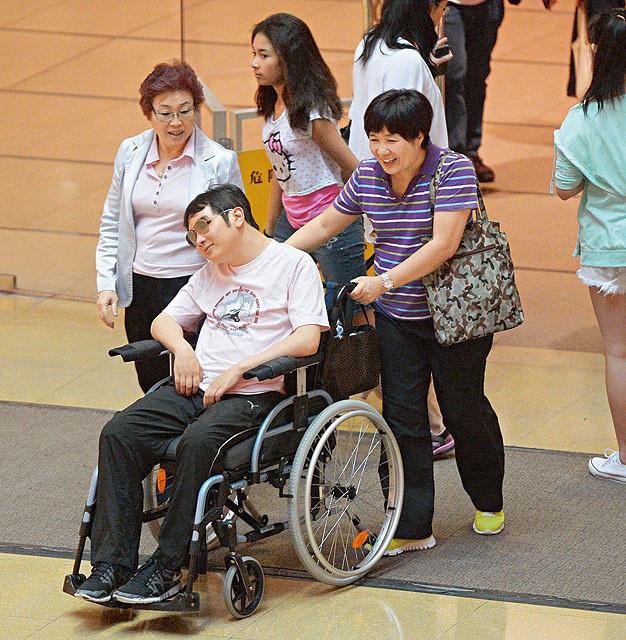 Em trai Lê Tư từ một chàng trai thành đạt bỗng chốc thành người tàn tật, phải ngồi xe lăn.