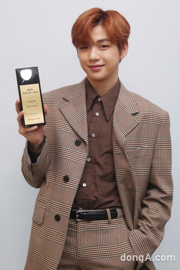 Kang Daniel nhận được cúp kỉ niệm từ Idol Pick.