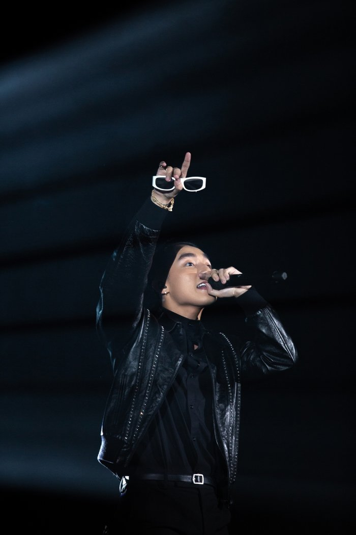 Hãy trao cho anhra mắt trước đó ít lâu, tuy nhiên, Sơn Tùng quyết định dành ca khúc này trọn vẹn cho các fan tại Sky Tour.