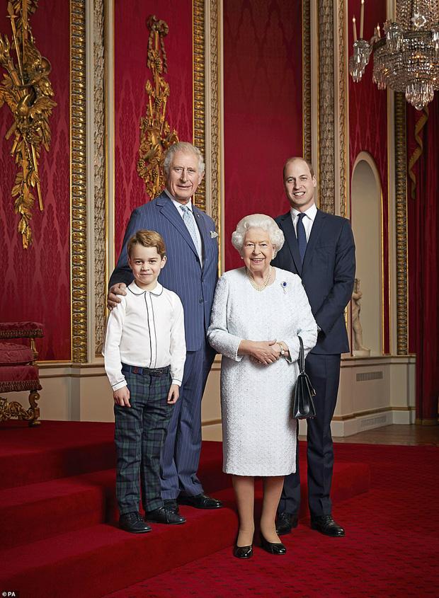 Hoàng gia Anh đăng ảnh Nữ hoàng cùng 3 người thừa kế mừng thập kỷ mới, Hoàng tử Geogre gây chú ý với vẻ trưởng thành sau 4 năm 0