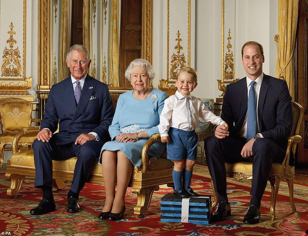 Hoàng gia Anh đăng ảnh Nữ hoàng cùng 3 người thừa kế mừng thập kỷ mới, Hoàng tử Geogre gây chú ý với vẻ trưởng thành sau 4 năm 1