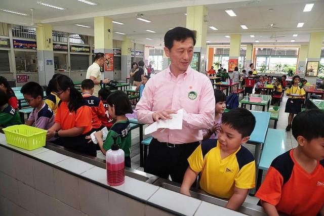 Bộ trưởng Giáo dục Singapore Ong Ye Kung cùng học sinh thực hành rửa tay để phòng ngừa dịch bệnh (ảnh: Kelvin Chng/ST)