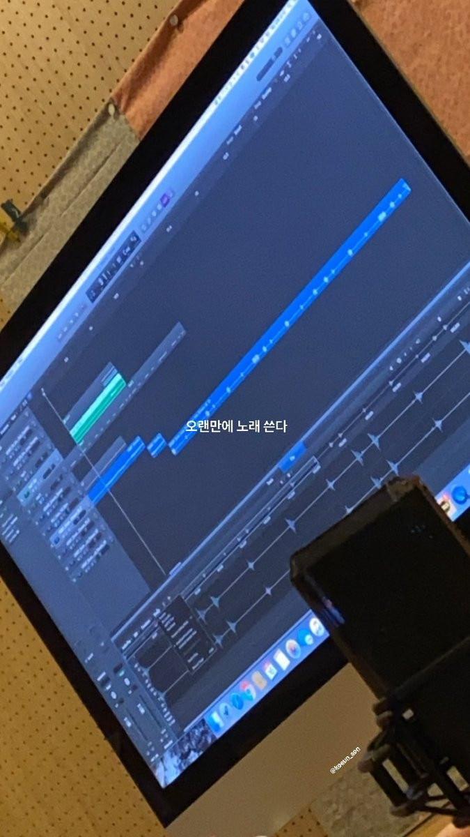 Yeri khoe ảnh đang sáng tác ca khúc mới.