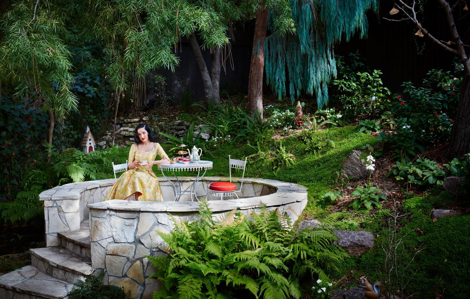 Ngôi nhà đẹp như trong cổ tích của mỹ nhân đắt giá nhất Hollywood 0