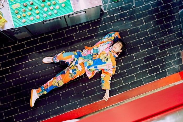 Xuất hiện với trang phụ hoạt tiết hoạt hình, Baekhyun luôn biết cách thể hiện sự trẻ trung của mình.