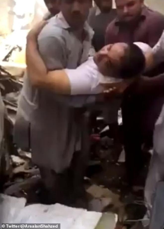 Cơn ác mộng của người may mắn sống sót sau vụ rơi máy bay Pakistan: 'Chỉ toàn khói, lửa và những tiếng thét tuyệt vọng' 1
