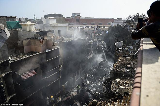 Cơn ác mộng của người may mắn sống sót sau vụ rơi máy bay Pakistan: 'Chỉ toàn khói, lửa và những tiếng thét tuyệt vọng' 5