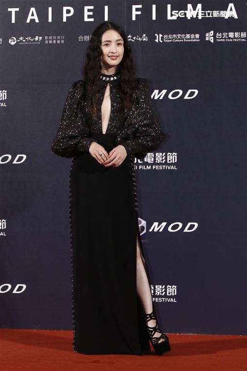 Thảm đỏ LHP Đài Loan 2020: 'Nữ thần xứ Đài' Lâm Y Thần già chát kém sắc, 'trai hư' Khưu Trạch tránh mặt Trương Quân Ninh sau lùm xùm tình ái 1