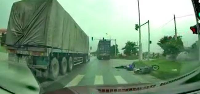 Tài xế container tăng tốc vượt xe phía trước, chèn ép xe gắn máy gây tai nạn thương tâm rồi bỏ chạy 0