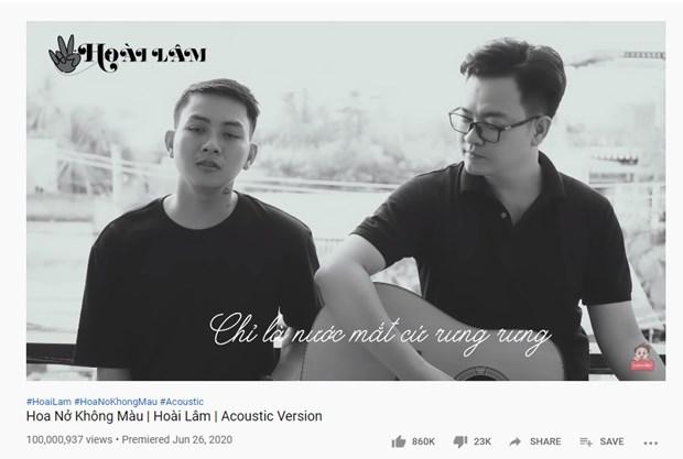 Hoài Lâm (trái) và Nguyễn Minh Cường trình bày ca khúc 'Hoa nở không màu,' phiên bản acoustic đã đạt 100 triệu views. (Ảnh: Chụp màn hình)
