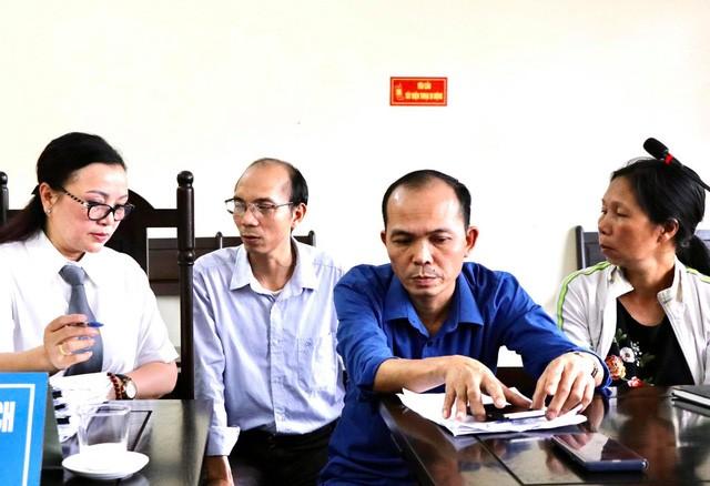 Anh Trịnh Huy Dương - áo xanh (con trai thứ hai của bà Đặng Thị Nga) tại phiên toà ngày 20/9/2020. Ảnh: Luật sư Vũ Thị Nga