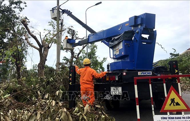 Công nhân ngành điện tranh thủ từng phút để khôi phục điện lưới.