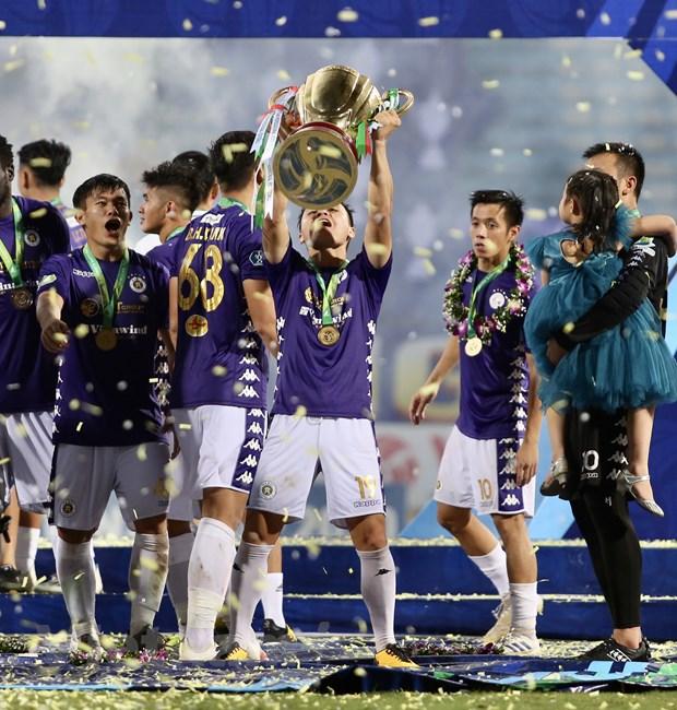 Khoảnh khắc Quang Hải nâng cao chiếc cúp vô địch cúp Quốc gia 2020. (Ảnh: Hiển Nguyễn/Vietnam+)