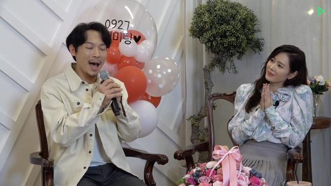 Yang Kyung Won hát tặng Son Ye Jin cũng như khán giả trong buổi fanmeeting online.