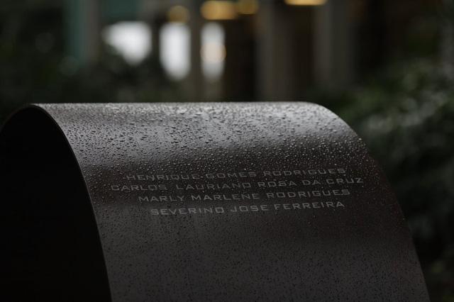 Tên của khoảng 4.000 bệnh nhân tử vong vì COVID-19 được khắc trên đài tưởng niệm. (Ảnh: AP)