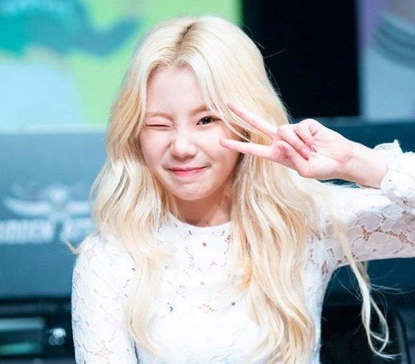 Từ một idol được đánh giá cao về tính cách tươi sáng, luôn sôi nổi, JooE đang dần mất điểm vì sự vô tư thái quá, thiếu nghiêm túc.