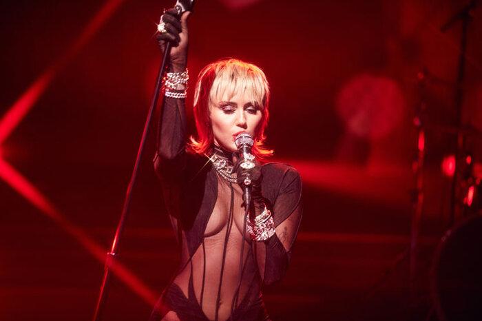 Miley Cyrus 'thả xích' bản cover của bản hit kinh điển Heart Of Glass, fan trầm trồ: 'Nữ hoàng của cover là đây' 0
