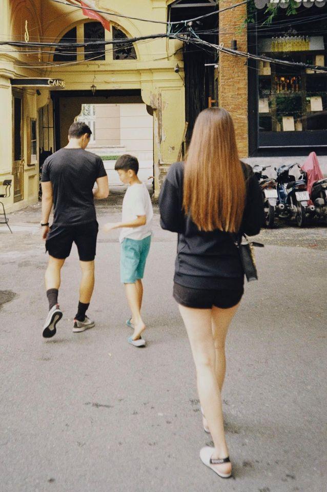 Đưa con trai Subeo ra ngoài vui chơi dịp cuối tuần, nhưng khoảnh khắc Hồ Ngọc Hà nắm chặt tay bạn trai mới gây chú ý 4