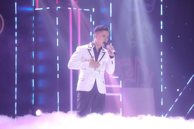 Ca sĩ Đào Ngọc Sang trong chương trình Ca sĩ ẩn danh.