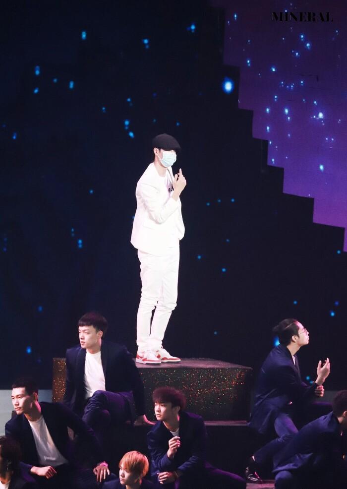 Vương Nhất Bác năng nổ hoạt bát trên sân khấu nhưng kiệt sức dưới hậu đài 2