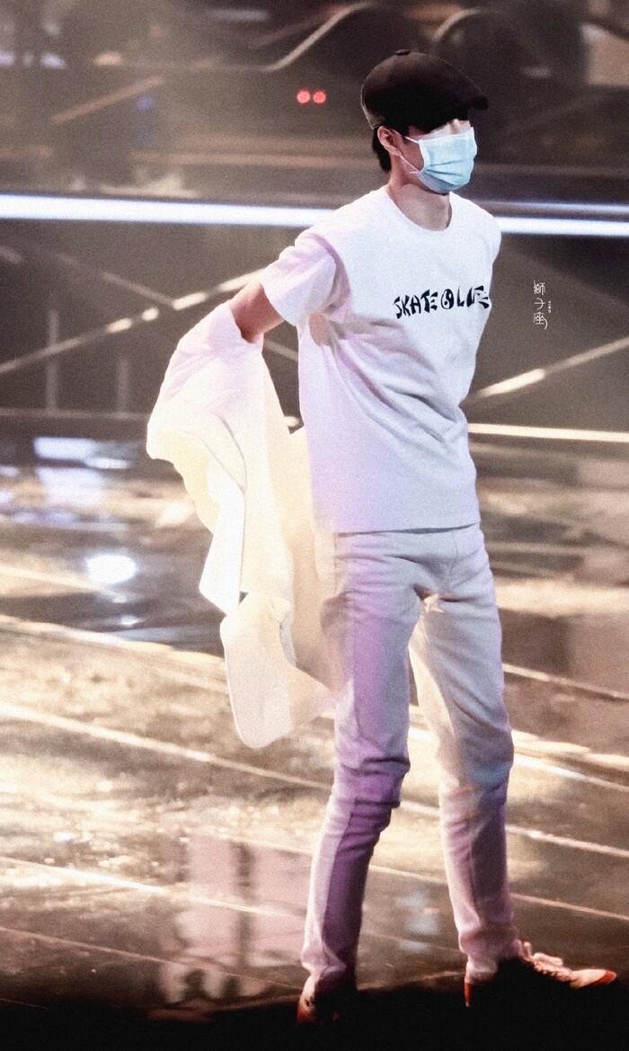 Vương Nhất Bác năng nổ hoạt bát trên sân khấu nhưng kiệt sức dưới hậu đài 5