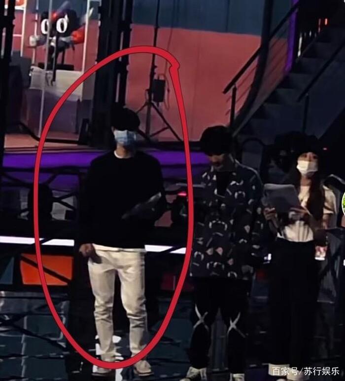 Vương Nhất Bác năng nổ hoạt bát trên sân khấu nhưng kiệt sức dưới hậu đài 8