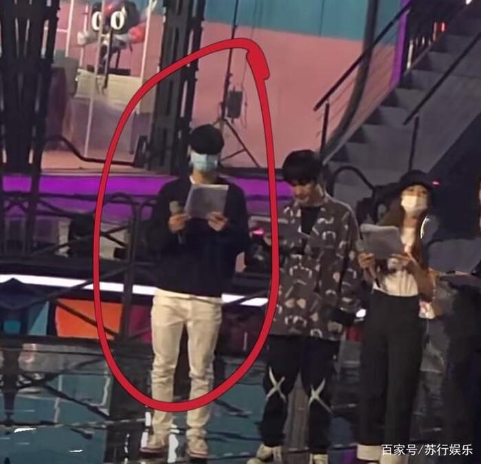 Vương Nhất Bác năng nổ hoạt bát trên sân khấu nhưng kiệt sức dưới hậu đài 9