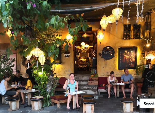Những vị khách du lịch nước ngoài tại quán Cyclo's Road.