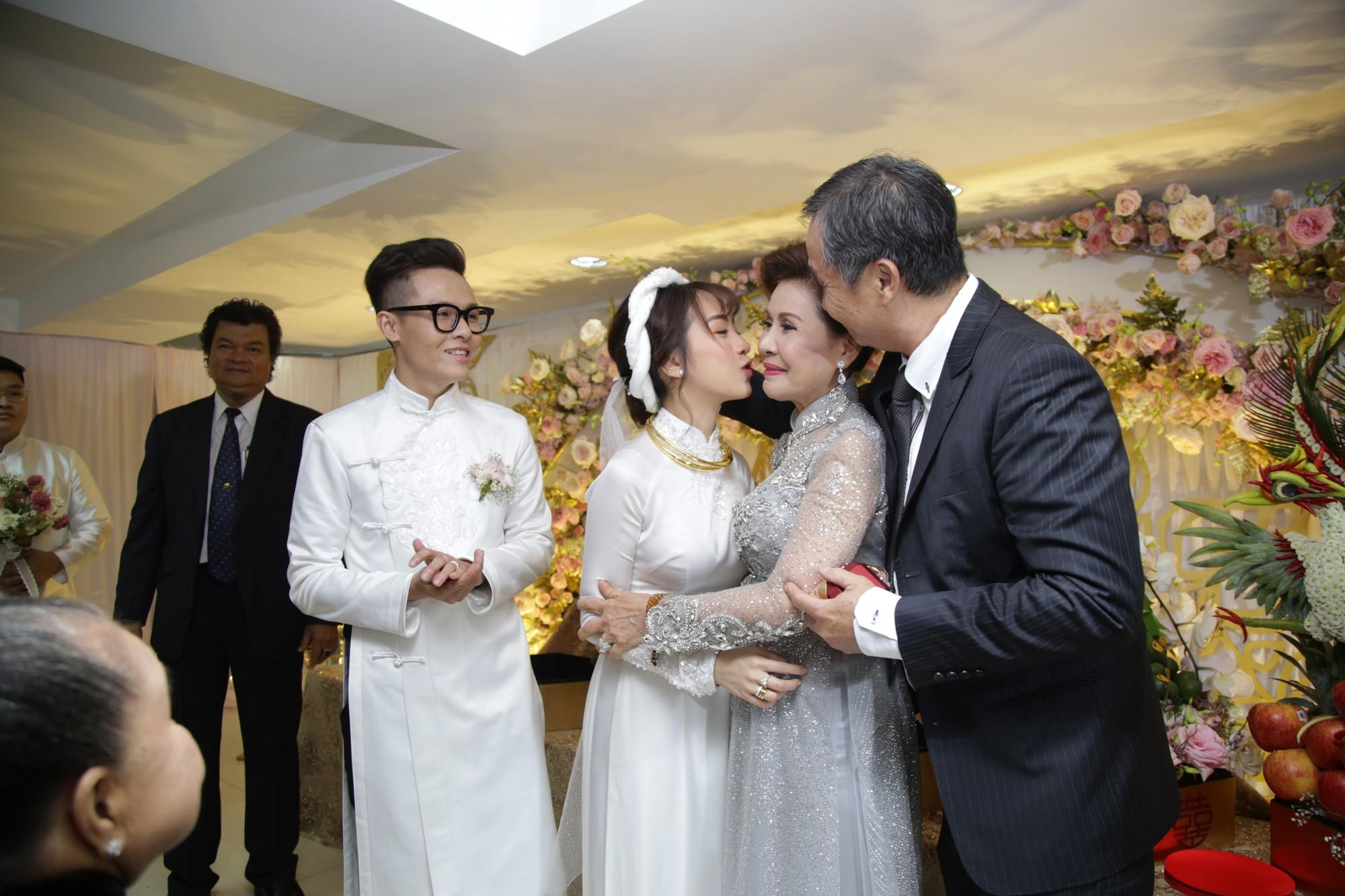Con gái Minh Nhựa bày tỏ tình cảm thân mật với mẹ chồng trong lễ cưới.