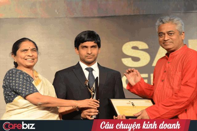 Srikanth nhận giải thường doanh nhân của năm tại một sự kiện.