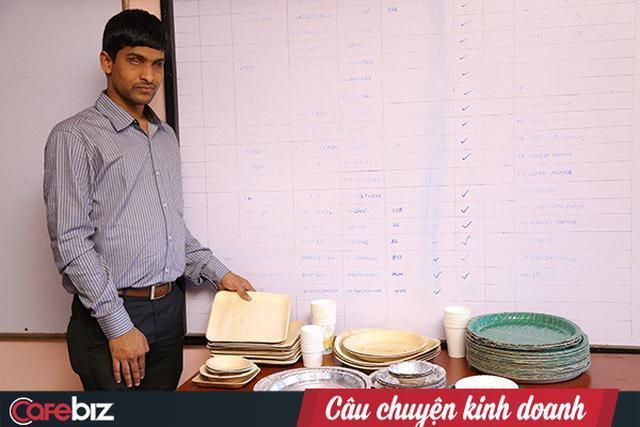 Srikanth và một số sản phẩm do công ty anh sản xuất.