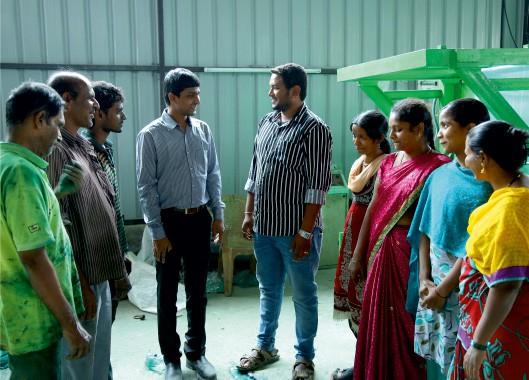 Srikanth trò chuyện với nhân viên công ty.
