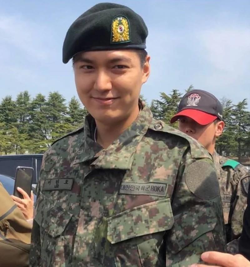 Lee Min Ho đã xuất ngũ vào tháng 5/2019, sau 2 năm làm cảnh sát tại trụ sở cảnh sát quận Gangnam, Seoul. Hiện anh đã trở lại phim trường với tác phẩm The King: The Eternal Monarch được kỳ vọng tạo nên tiếng vang trong năm tới