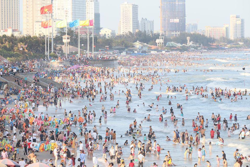 Biển Vũng Tàu kín đặc người như mùa hè.