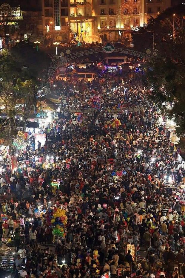 Dân mạng choáng váng với hình ảnh biển người đông nghịt ở khắp nơi dịp Tết: Hạ Long, Vũng Tàu... đâu cũng 'vỡ trận' 20