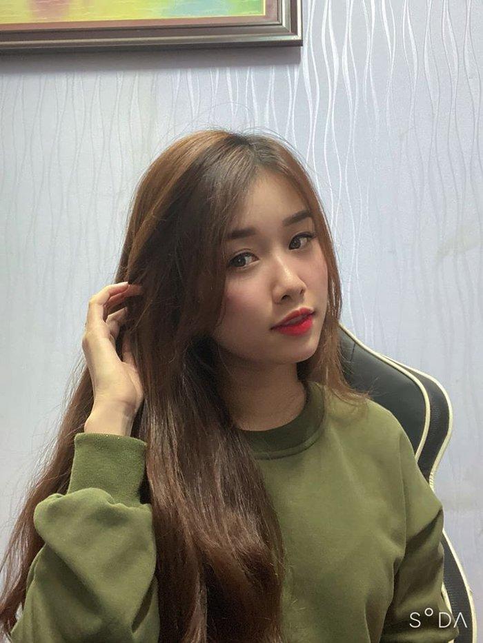 Thay vì ăn vận những bộ đồ công sở quyến rũ, Trang Nhung theo phong cách của một thiếu nữ ngây thơ.