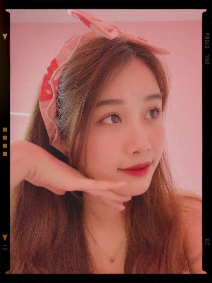 Trang Nhung thường xuyên khoe những bức ảnh như một thiếu nữ ngây thơ trên mạng xã hội.