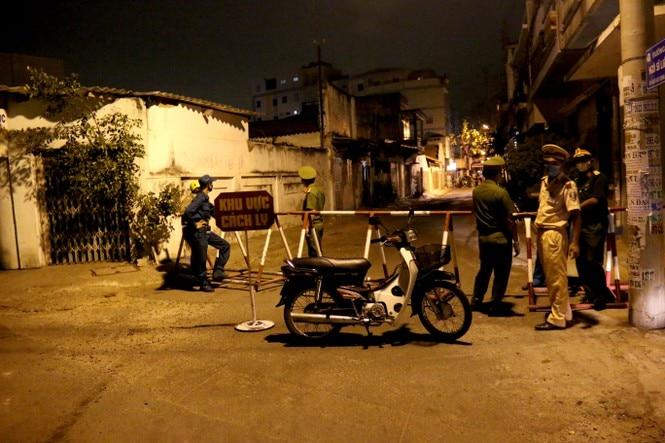 Một tuyến đường bị cách ly tại TP Phan Thiết vì có bệnh nhân nhiễm COVID – 19 sinh sống. Ảnh: Báo Người Lao Động