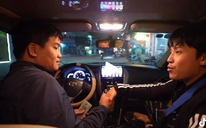 Chi 35 triệu đồng tiền taxi chỉ để 1 mình đi từ Bắc vào Nam, nhưng chàng trai này lại khiến dân mạng khen ngợi vì sự hào phóng đặc biệt khác dành cho bác tài 0