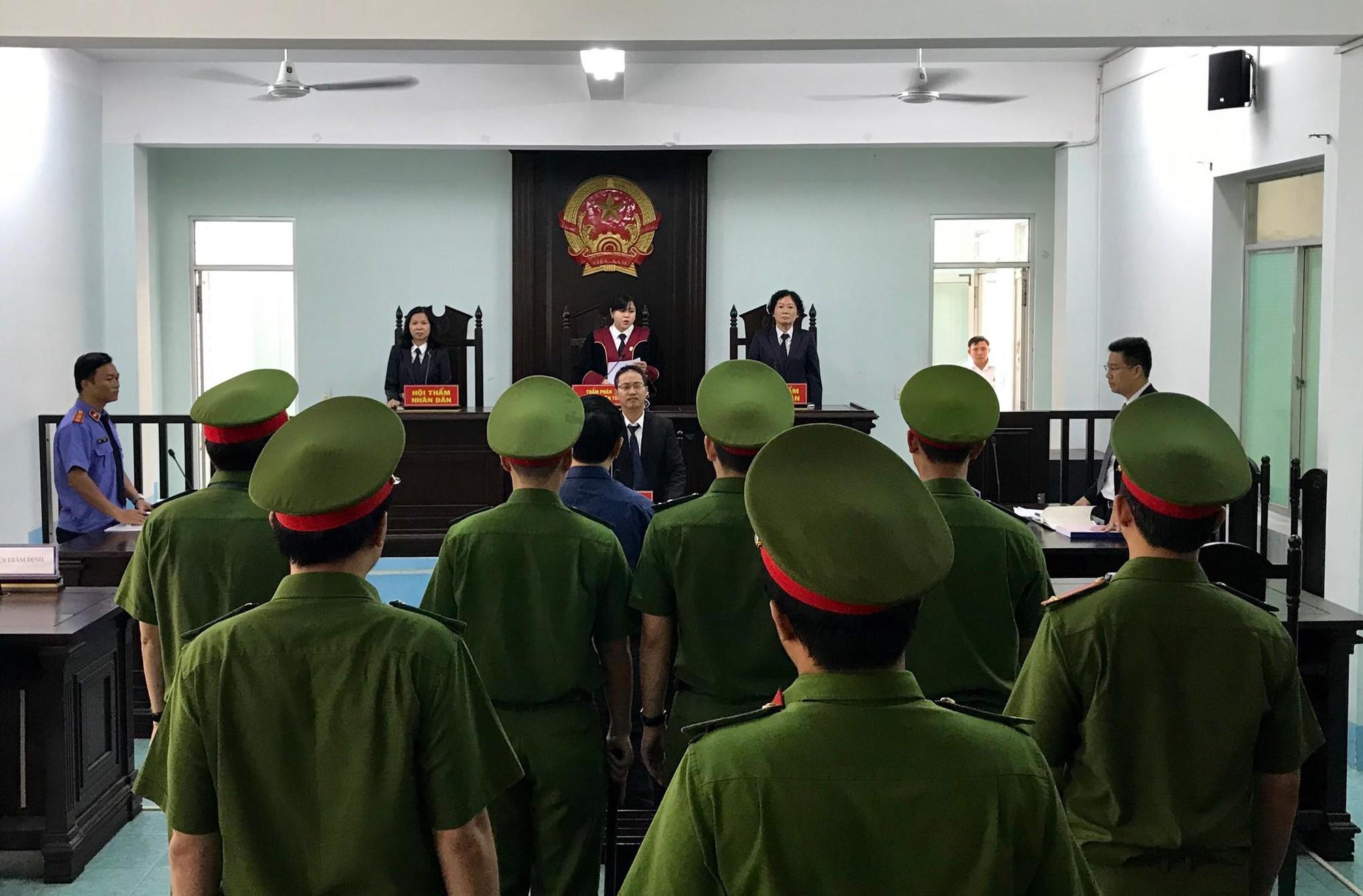 HĐXX tuyên phạt bị cáo Linh 18 tháng tù giam về tội dâm ô.
