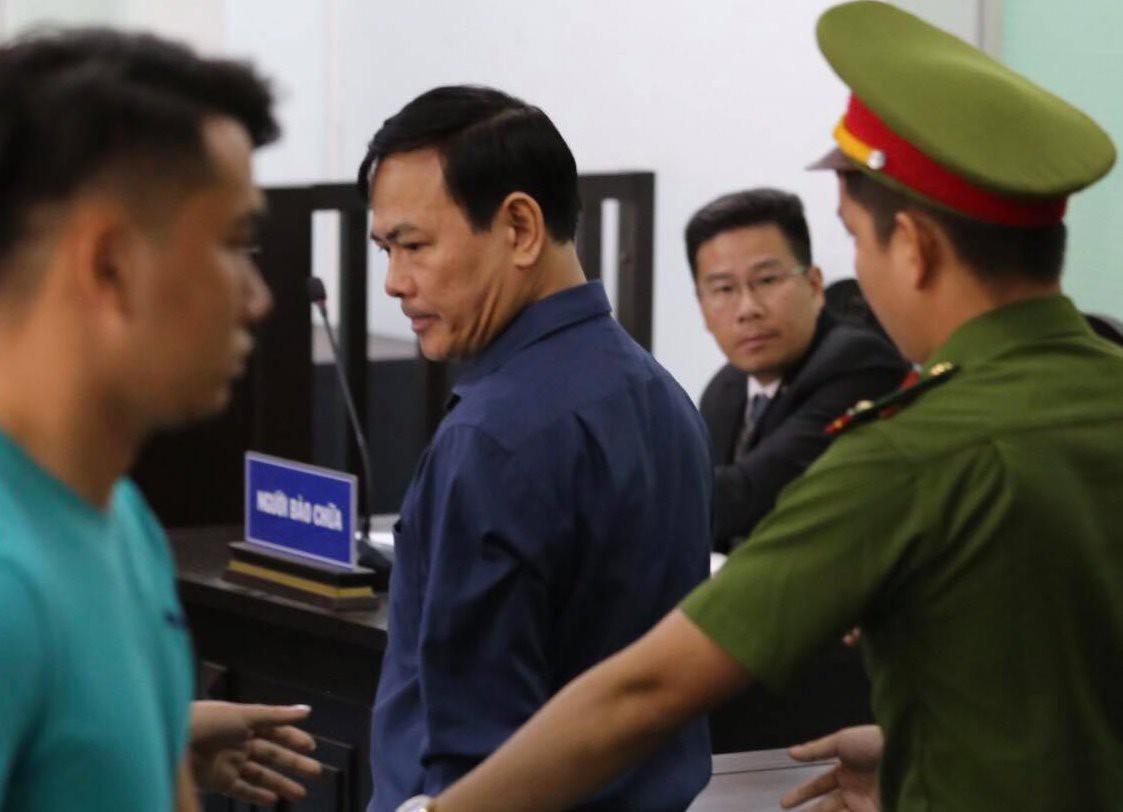 Bị cáo Nguyễn Hữu Linh làm đơn kháng cáo kêu oan sau phiên tòa.