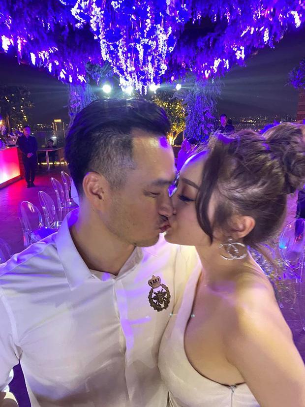 Chi Bảo thoải mái công khai khoá môi bạn gái tại tiệc sinh nhật