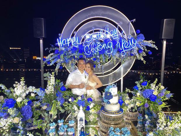 Thuỳ Trang - bạn gái hơn 10 năm của Chi Bảo cũng đặc biệt chuẩn bị dòng chữ 'Happy Birthday chồng yêu' cực lãng mạn
